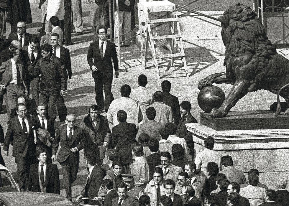 Imagen de archivo de la salida de los parlamentarios tras el fracaso del golpe.