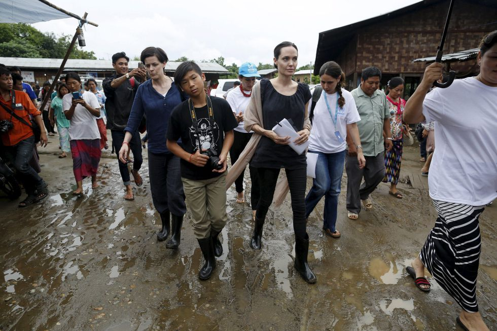 Angelina Jolie y, a su derecha, su hijo Maddox, durante su viaje a Myanmar el pasado mes de julio.
