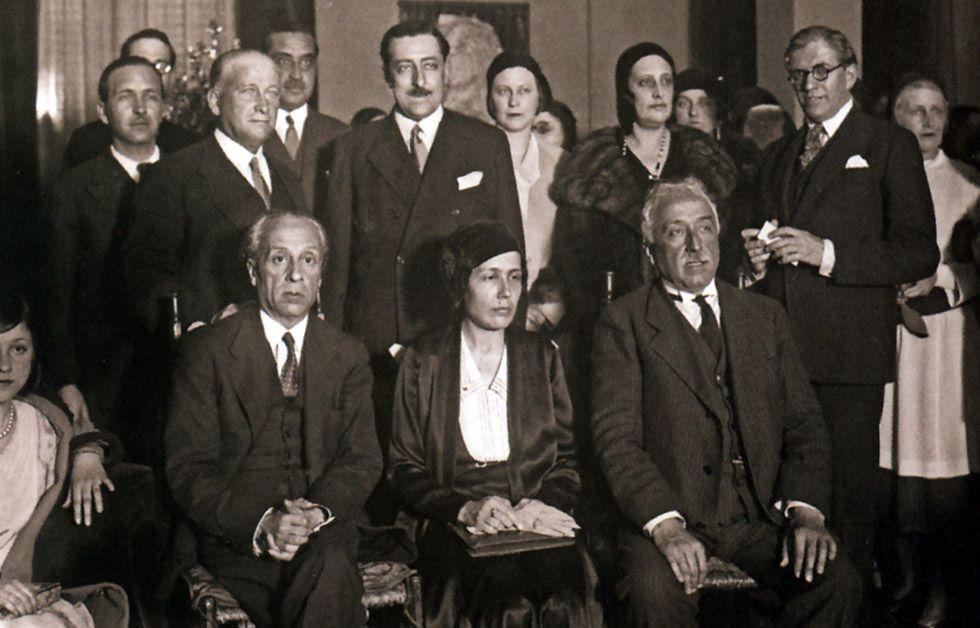 Victoria Kent, sentada en el centro, en una reunión política en Madrid en 1932.