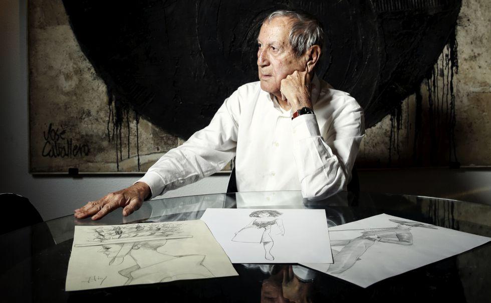 Elio  Berhanyer posa ante algunos de sus diseños de alta costura en su casa de Madrid.