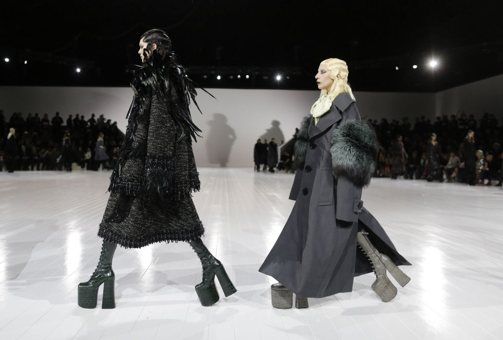Lada Gaga sigue los pasos de una modelo en el desfile en Nueva York de Marc Jacobs.