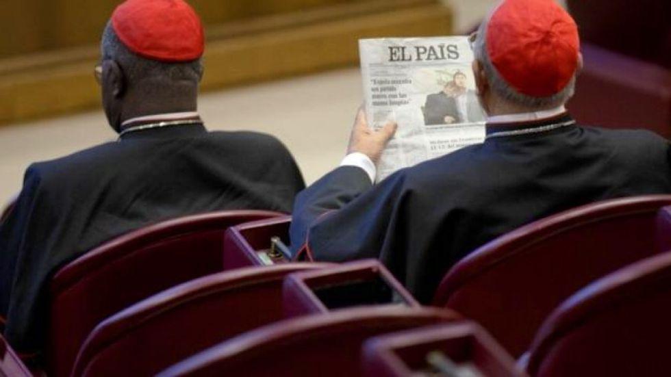 Un cardenal lee EL PAÍS surante el pasado Sínodo de los obispos