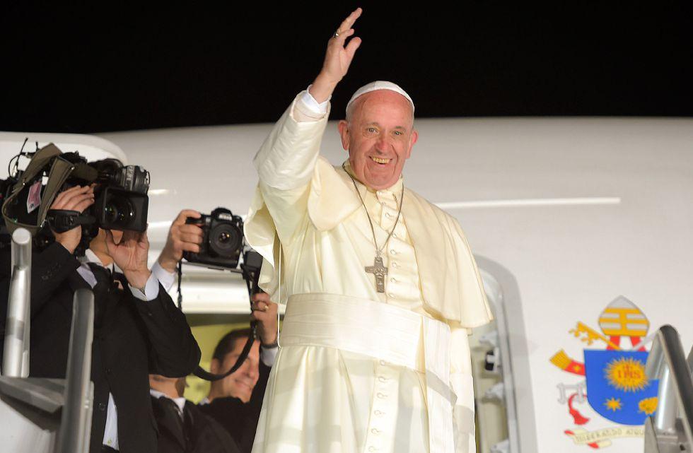 Francisco saluda desde la puerta del avión al finalizar su visita a México.