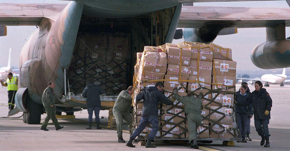 Un avión es cargado con enviós de la Agencia Española de Cooperación.