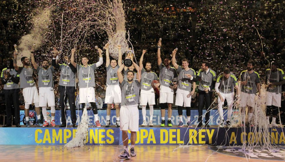 Felipe Reyes levanta la copa junto a sus compañeros.