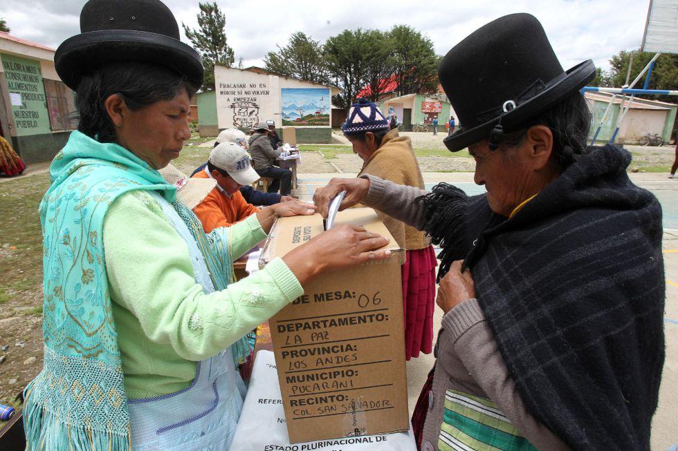 Una mujer boliviana vota en la localidad de Patamanta.