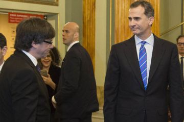 Felipe VI (right) coincided with Catalan premier Carles Puigdemont at the MWC inauguration dinner.