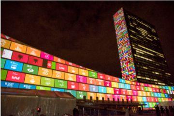 Los Objetivos de Desarrollo Sostenible proyectados sobre el edificio de la ONU.