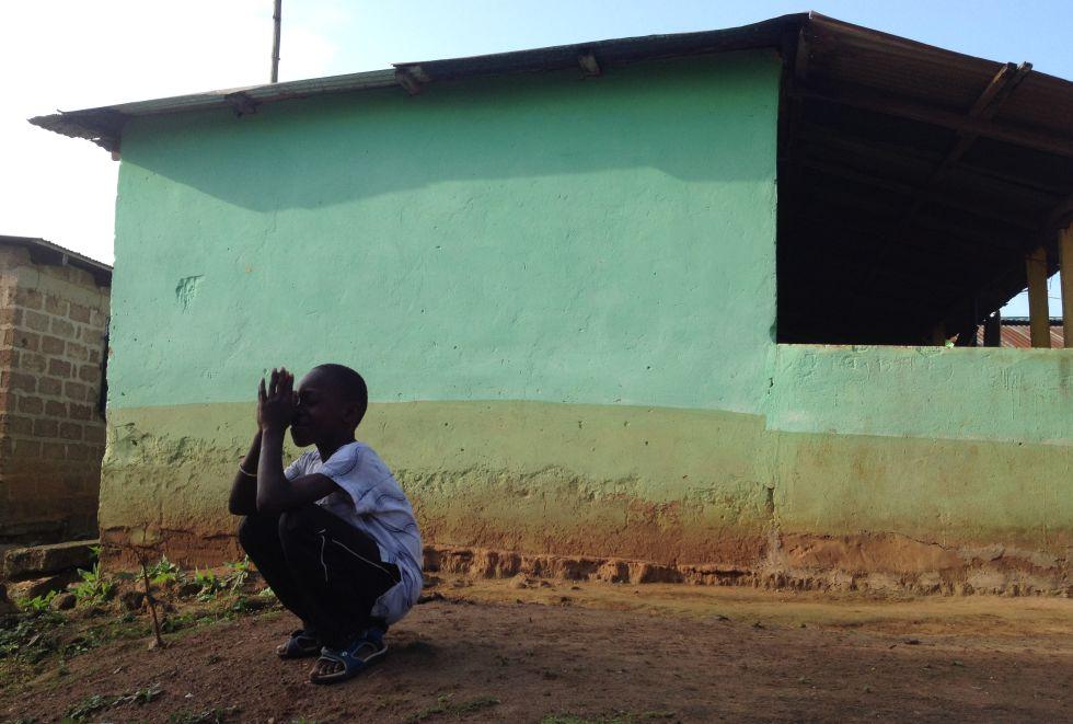 Un alumno de Akwadum Christian Village reza en las inmediaciones de la escuela religiosa.