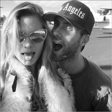 Adam Levine y su pareja, la modelo Behati Prinsloo.