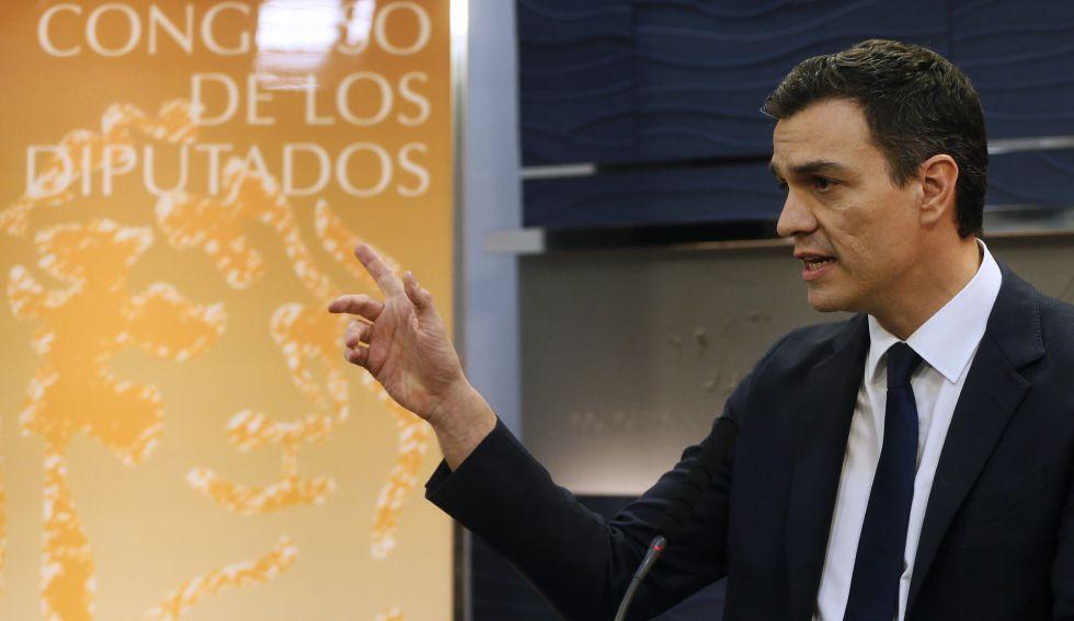 El candidato a la presidencia del Gobierno, Pedro Sánchez, durante la conferencia de prensa en la que aceptó las propuestas de reforma de la Constitución exigidas por Albert Rivera para un pacto.