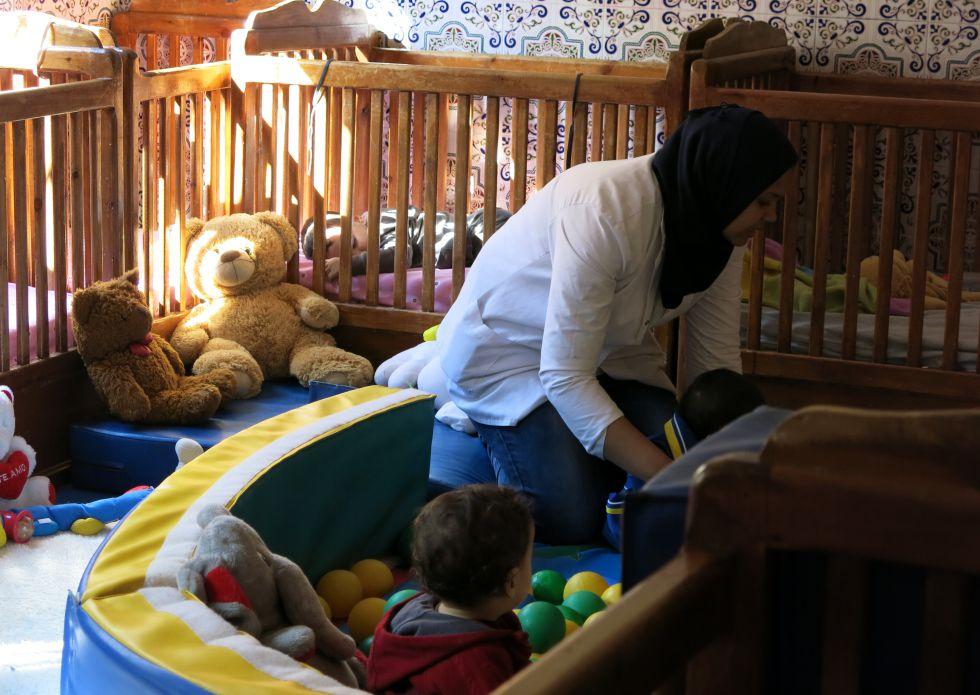 Una mujer con su hijo en el centro de ayuda a madres solteras.