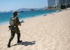 Fusiles en la playa de Acapulco