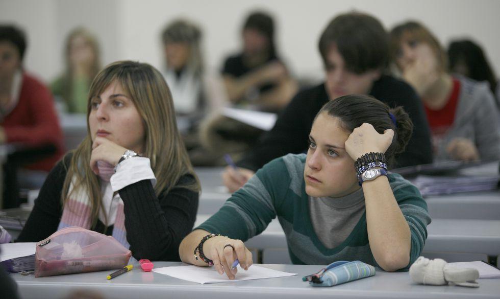 Dos alumnas asisten a clase en un aula de la Facultad de Psicología de la Universidad del País Vasco (UPV) en San Sebastián, en una imagen de archivo.