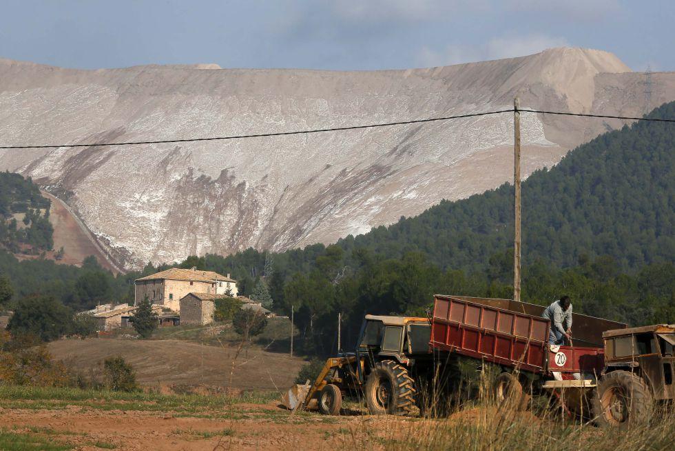 Una montaña artificial de sales de Iberpotash en el Bages (Barcelona).