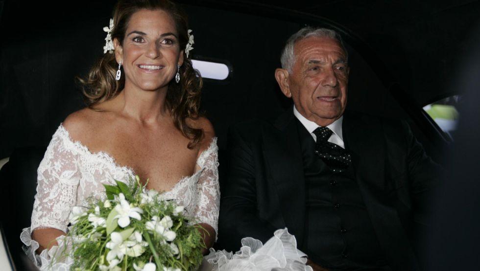 Boda de la tenista Arantxa Sánchez Vicario, en a imagen, junto a su padre a la llegada a la iglesia.