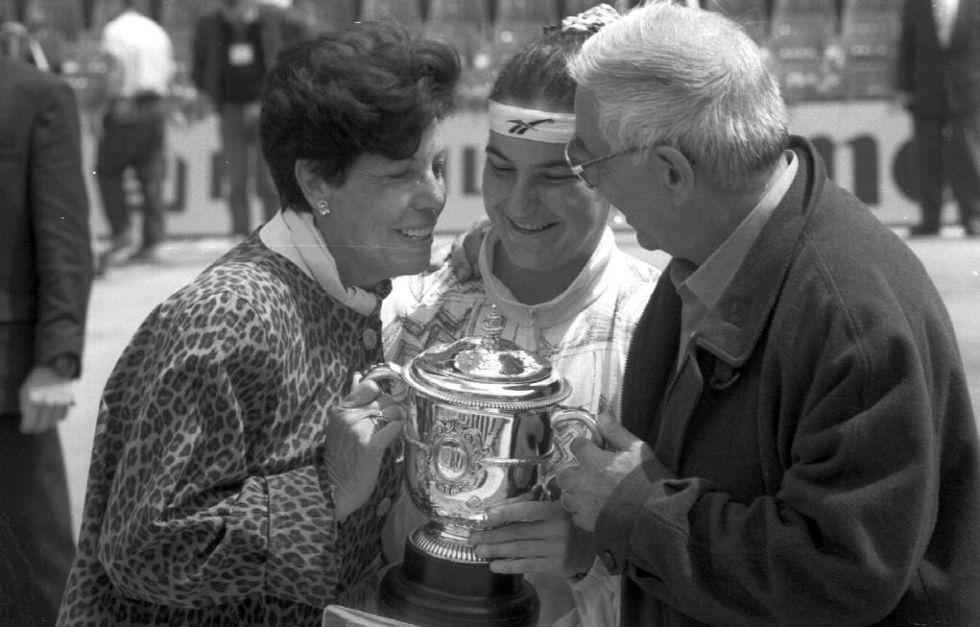 La tenista española Arantxa Sánchez Vicario con sus padres, tras ganar el Roland Garros de Tenis en 1994.