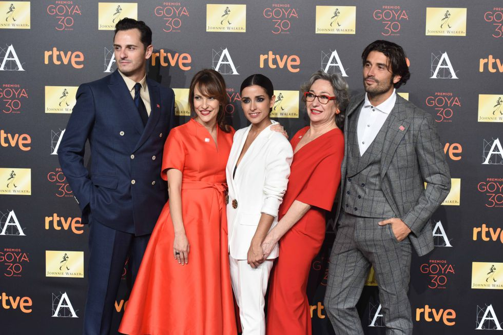 Álex García, a la derecha, junto a sus compañeros de 'La novia', en los premios Goya.