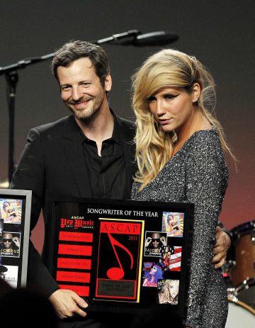 Dr. Luke y Kesha, durante una entrega de premios en Los Ángeles en 2011.