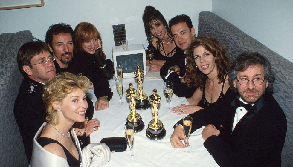 La mesa con más estrellas de los Oscar de 1994. En la izquierda, la actriz Kate Capshaw (casada con Steven Spielberg), Elton John, Bruce Springsteen y Patti Scialfa (miembro de la E Street Band, casada con Bruce). En la derecha, Spielberg, Rita Wilson, actriz y pareja de Tom Hanks, que está al lado.