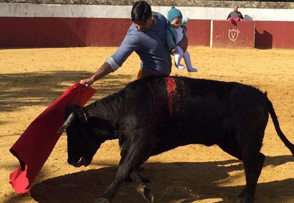 Francisco Rivera toreando una vaquilla con su hija de cinco meses en brazos.