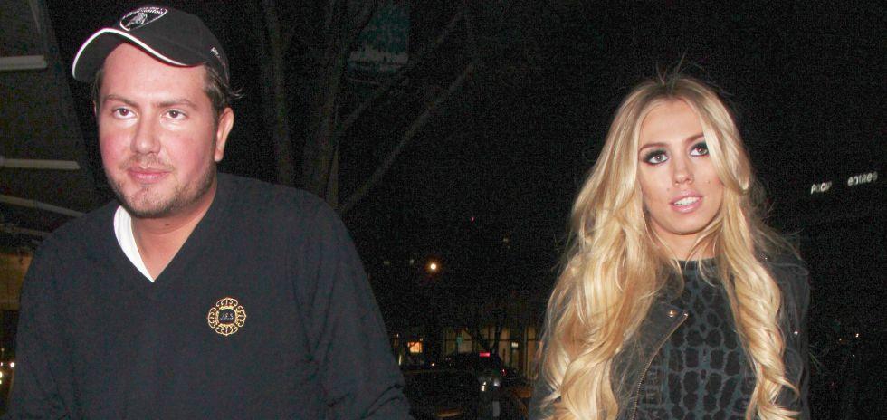 Petra Ecclestone y su marido saliendo de un restaurante en Los Angeles.