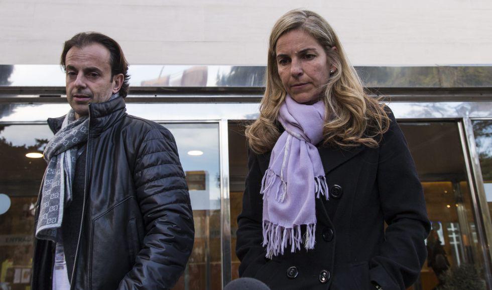 Arantxa Sanchez Vicario y su marido Josep Santacana, a la salida del velatorio de Emilio Sanchez.