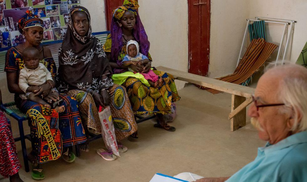 Sergio Adámoli escucha a un grupo de mujeres durante una reunión para iniciar un proyecto de planificación familiar en Beleko, Malí.