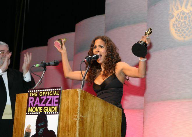 Halle Berry recogiendo su Razzie por su interpretación en 'Catwoman'.