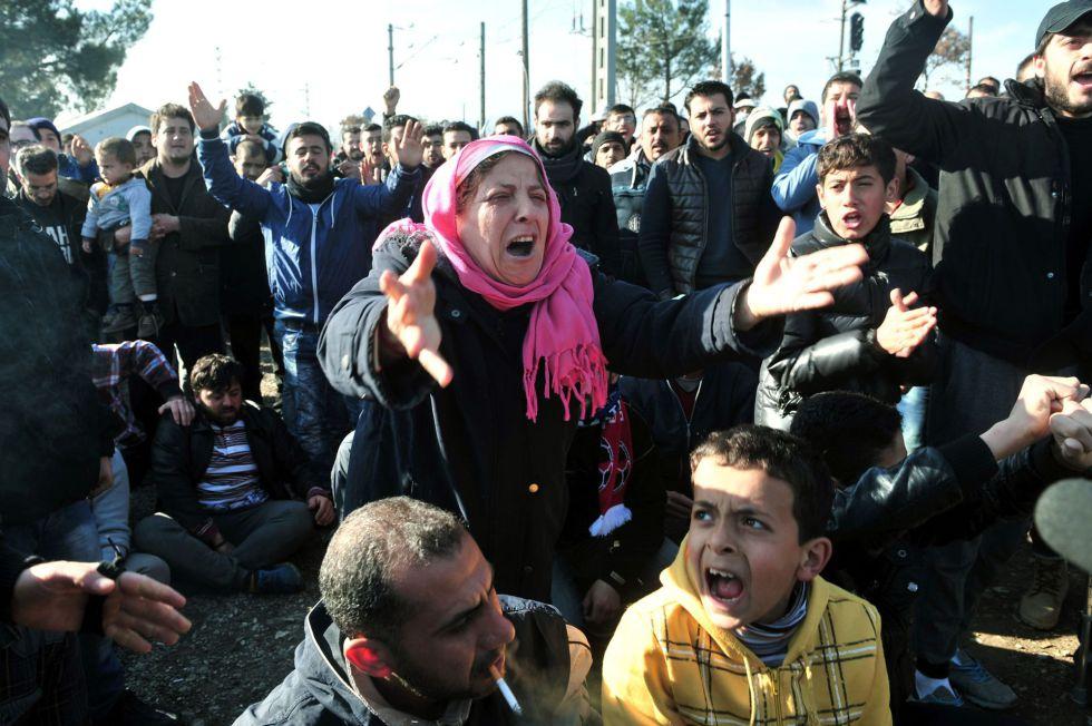 Decenas de refugiados piden ayuda ayer en la frontera entre Grecia y Macedonia.