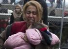 Migrantes cruzan la frontera por la fuerza