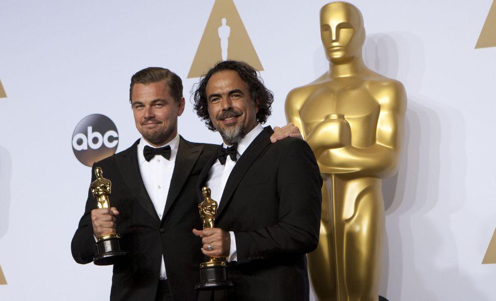 Alejandro González Iñárritu y Leonardo DiCaprio posan con sus respectivos Oscar.