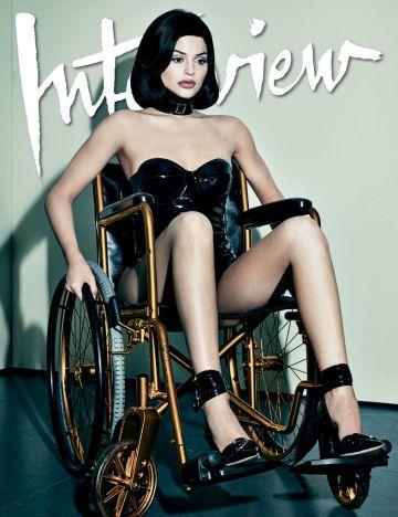 Kylie Jenner posa en silla de ruedas para 'Interview'.