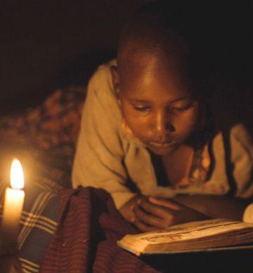 Una chica estudia a la luz de una vela en Tanzania, en 2015.