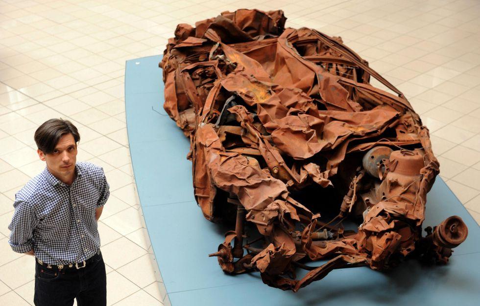 Jeremy Deller, junto a su obra titulada 'Baghdad', en 2007.