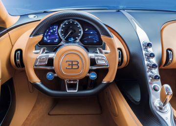 El puesto de conducción reúne volante con múltiples mandos e instrumentación digital.