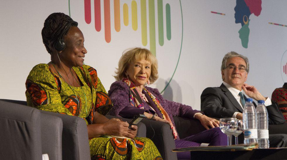 De izq. a dcha. Abiah Magembe, campesina; María Teresa Fernández de la Vega, presidenta de la Fundación Mujeres por África; y José María Sanz, rector de la UAM.