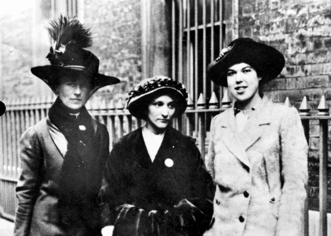 Sufragistas inglesas: Dove Wilcox, Dorothy Smith, Kathleen Paget (circa 1913).