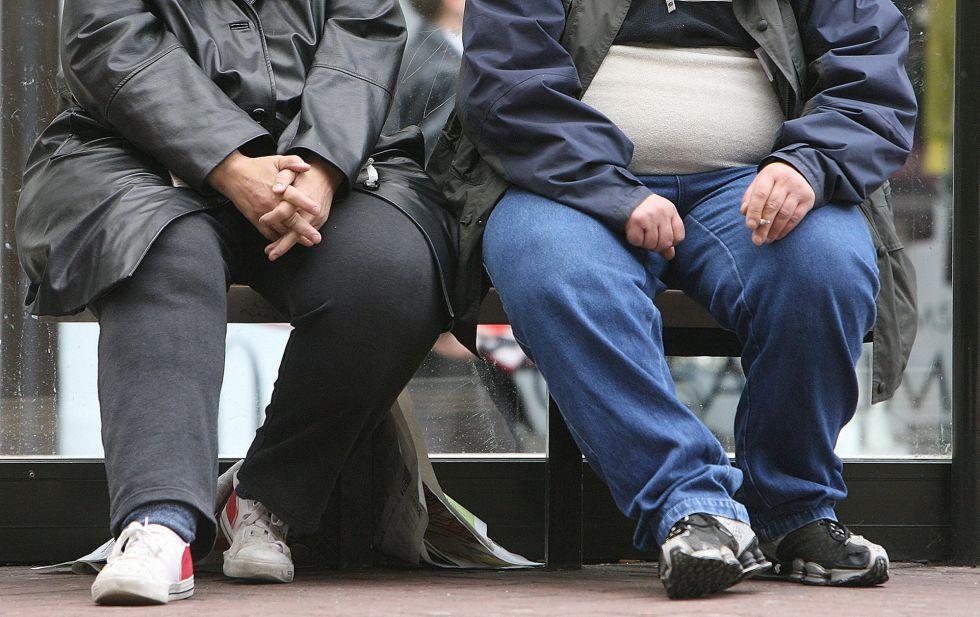 Dos personas obesas, una de ellas fumadora, en Manchester (Reino Unido).