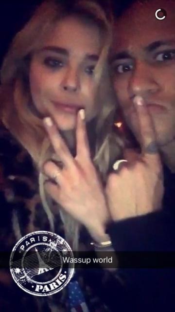 Chloe Grace Moretz y Neymar, en la foto publicada en Snapchat.