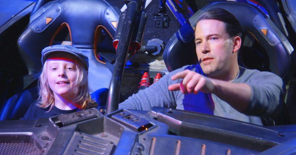 Ben Affleck junto a un niño en el Batmóvil.