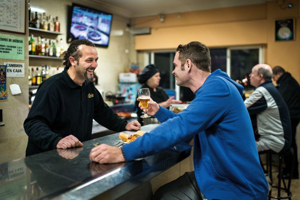En el bar España, del barrio de Rafal, ha descubierto que ya no se puede fumar en locales públicos.