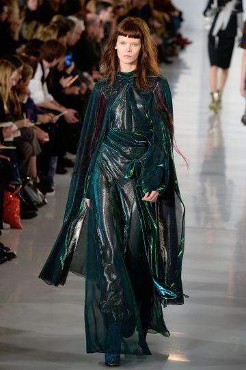 La túnica capa diseñada por Galliano para Margiela.