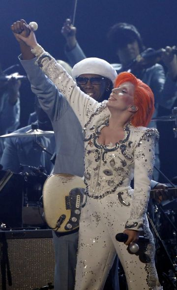 Lady Gaga homenajea a David Bowie en los Grammy Awards de este año.
