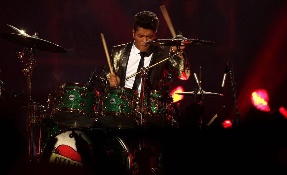 Bruno Mars actúa en el intermedio de la Super Bowl de 2016.