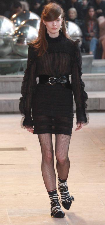 Una modelo presenta uno de los diseños de Christian Dior en París.