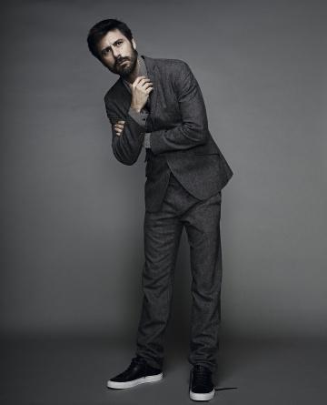 Hugo Silva, fotografiado para ICON con chaqueta, pantalón y corbata Adolfo Dominguez, camisa Antony Morato y zapatillas Boss.