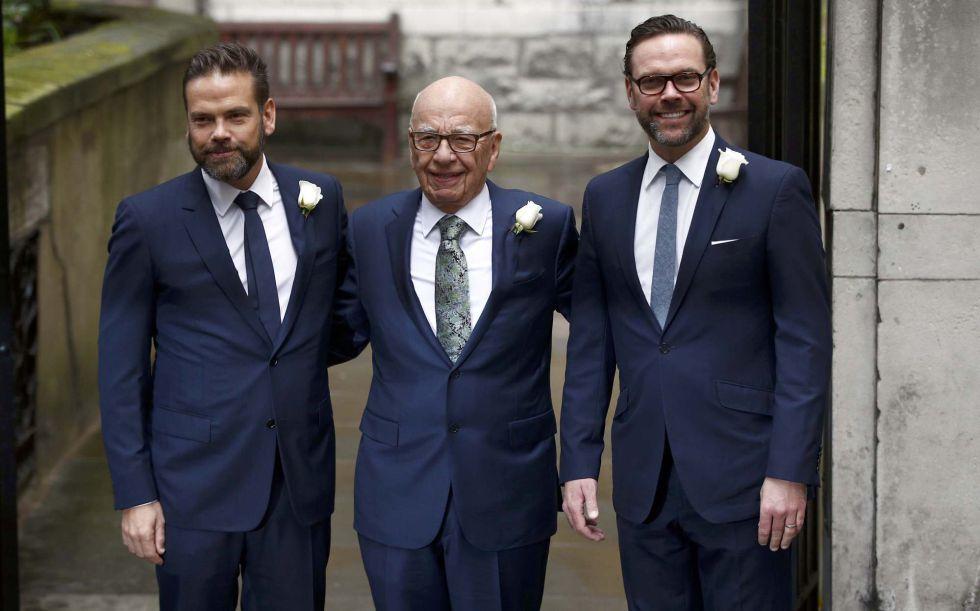 El magnate Rupert Murdoch con sus hijos Lachlan y James.