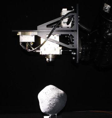 Ensayos realizados en la empresa GMV (Madrid) con una cámara espacial, montada en un brazo robótico que se desplaza hacia un modelo de asteroide, para ensayar el software de navegación de la misión AIM.