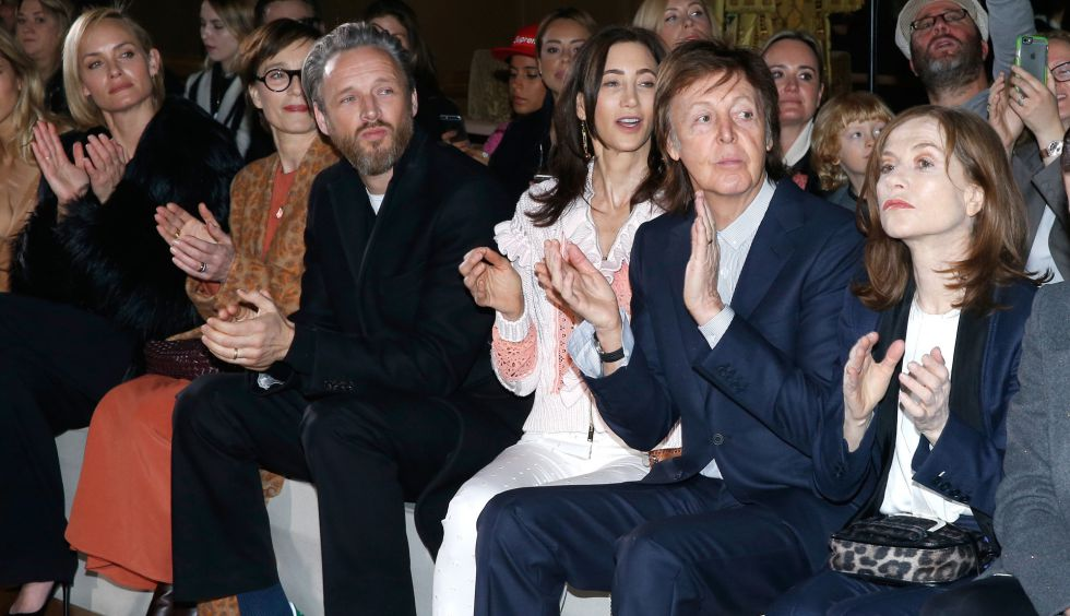 Amber Valletta, Kristin Scott Thomas, Alasdhair Willis, Nancy Shevell, Paul McCartney e Isabelle Hupper, en la primera fila del desfile de Stella McCartney.